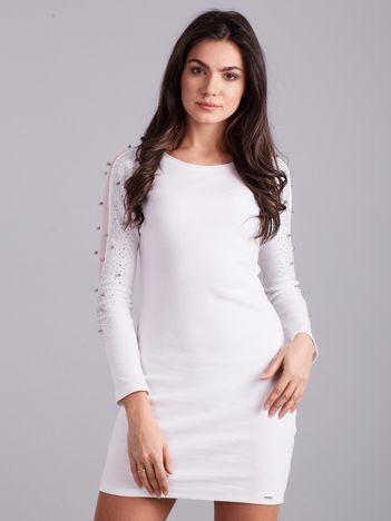 Biała dopasowana sukienka z błyszczącymi rękawami