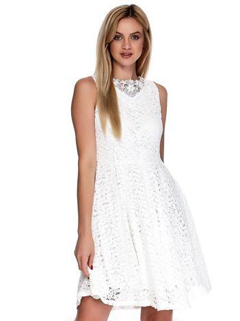Biała koronkowa sukienka z perełkami i ozdobnym dekoltem z tyłu