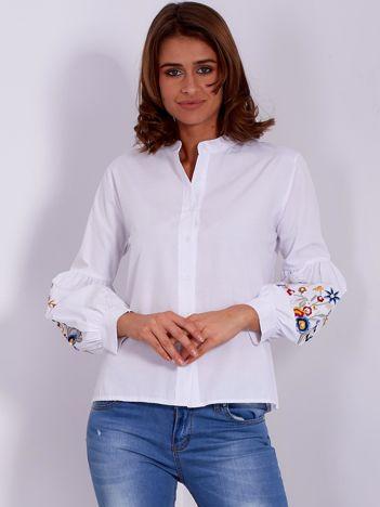 Biała koszula z haftowanymi bufiastymi rękawami