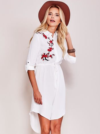 Biała koszulowa sukienka z naszywką