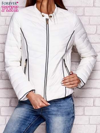 Biała kurtka przejściowa z ciemną lamówką
