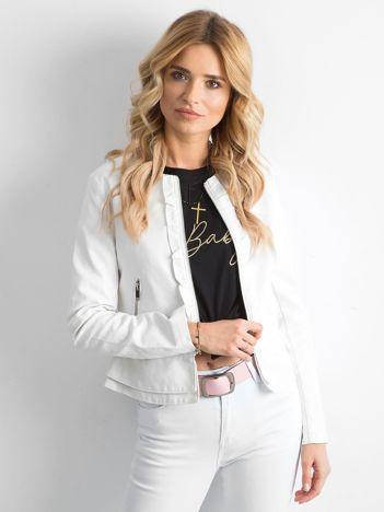 Biała kurtka z ekoskóry z falbankami