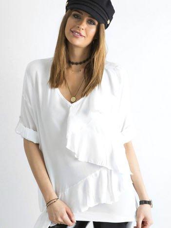 Biała luźna bluzka z asymetryczną falbaną