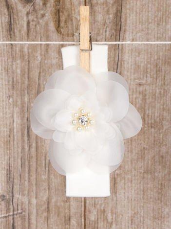 Biała niemowlęca opaska na głowę bezuciskowa ozdobna wizytowa z kwiatuszkiem dla dziewczynki