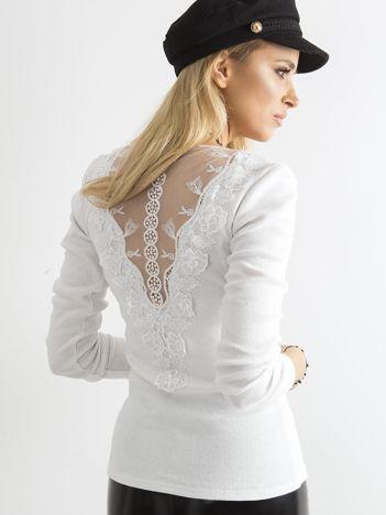 Biała prążkowana bluzka z ozdobnym tyłem