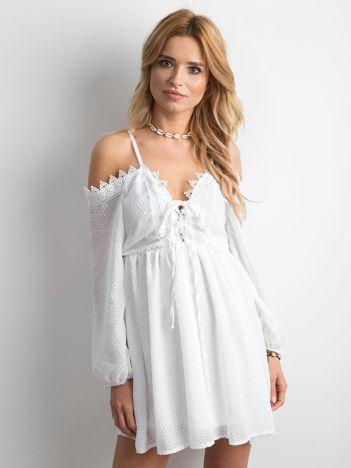Biała sukienka cold arms ze sznurowaniem