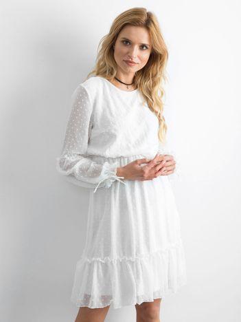 Biała sukienka damska z falbaną