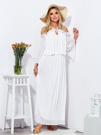 Biała sukienka maxi w drobne plisowania