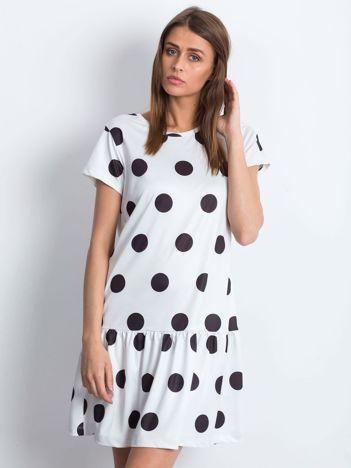 Biała sukienka w grochy z szeroką falbaną