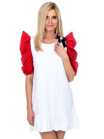 Biała sukienka z drapowanymi rękawami