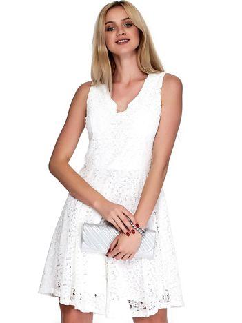 Biała sukienka z koronki z ozdobnym dekoltem