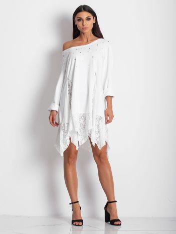 Biała sukienka z koronkowymi wstawkami i perełkami
