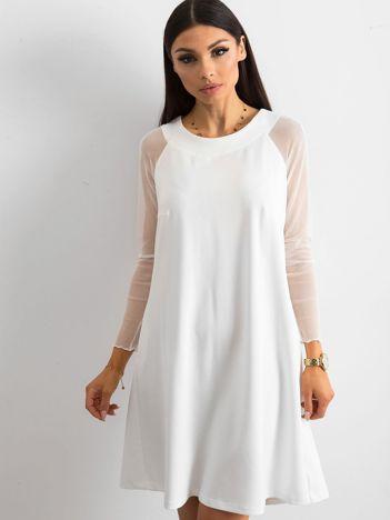Biała sukienka z wiązaniem na plecach