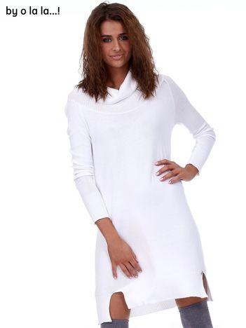 Biała swetrowa sukienka z miękkim golfem BY O LA LA