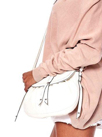 Biała torebka z fantazyjnym zapięciem