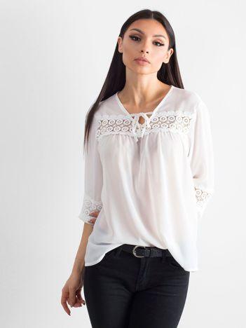 Biała zwiewna bluzka z koronką