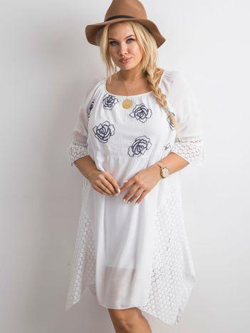 Biała zwiewna sukienka z kwiatowym haftem