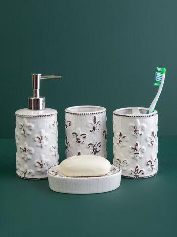 Białe akcesoria łazienkowe we wzory