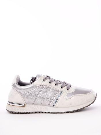 Białe buty portowe z mieniącą poświatą i brokatowym paskiem na boku
