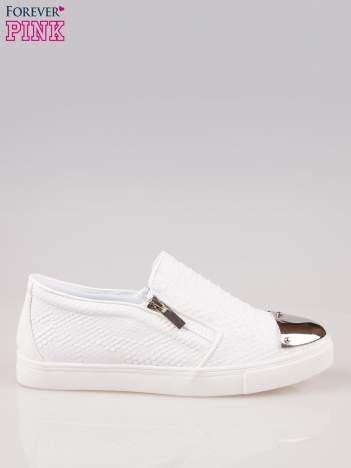 Białe buty slip on Mia z efektem skóry krokodyla i srebrnym czubkiem
