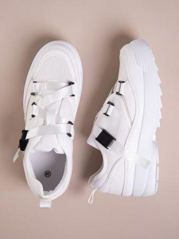 Białe buty sportowe z wiązaniem i zapięciem na klips