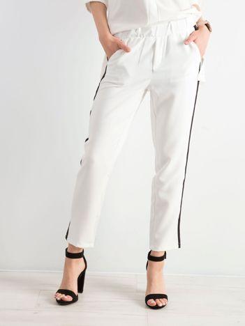 Białe damskie spodnie z lampasami