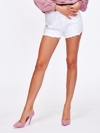 Białe jeansowe wystrzępione szorty