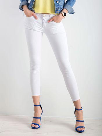 Białe jeansy biodrówki