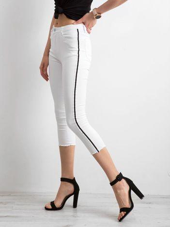 Białe jeansy skinny z lampasem