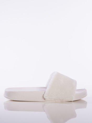 Białe klapki z futrzanym przodem,