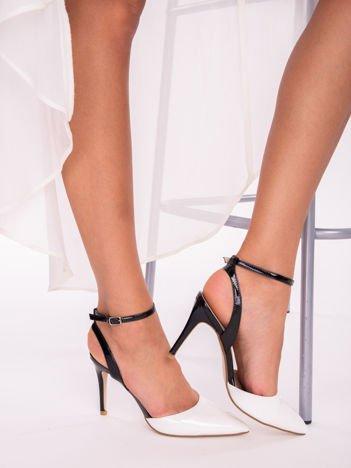 Białe lakierowane sandały na szpilkach z czarnym paskiem zapinanym na kostkach
