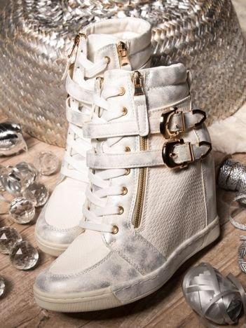 Białe sneakesy ze złotymi klamerkami, przecieraną fakturą na wysokich koturnach
