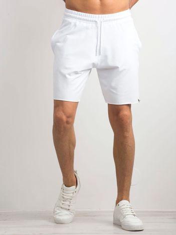 Białe spodenki męskie