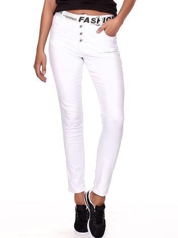 Białe spodnie jeansowe rurki z wyższym stanem