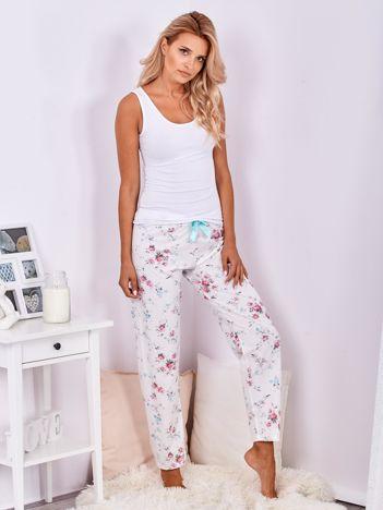 Białe spodnie od piżamy w kwiaty
