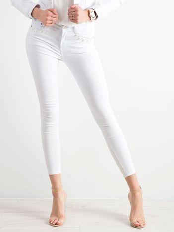 Białe spodnie skinny z perełkami
