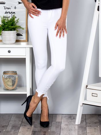 Białe spodnie z perełkami