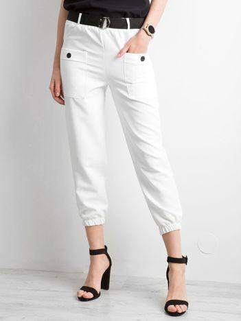 Białe spodnie ze ściągaczami