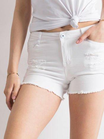 Białe szorty z dziurami