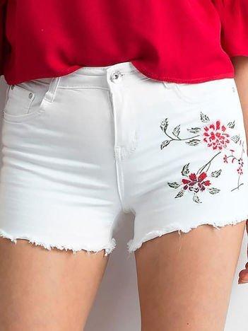 Białe szorty z motywem kwiatowym