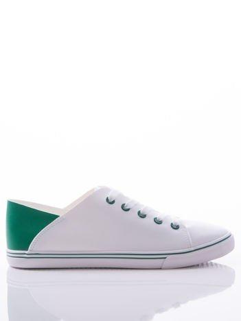 Białe trampki z ozdobną zielona wstawką na tyle cholewki