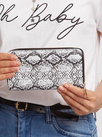 Biało-czarny portfel we wzory