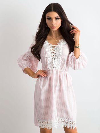 Biało-różowa sukienka w paski