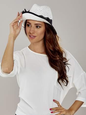 Biały kapelusz słomiany z dużym rondem i dużym kwiatem
