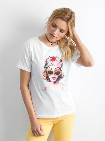 Biały luźny t-shirt z naszywką