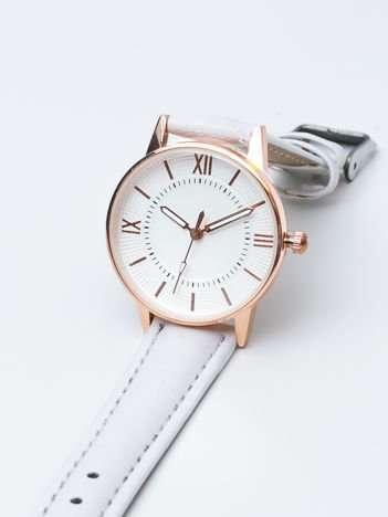 Biały mały elegancki zegarek damski w czerwonym złocie