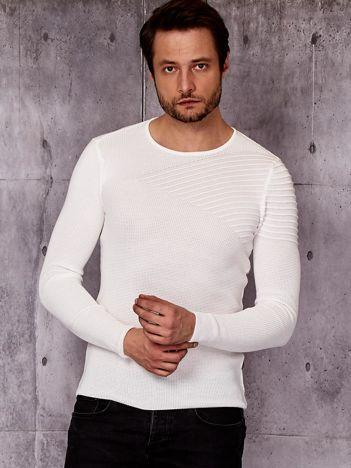 Biały sweter męski z modułem w prążki