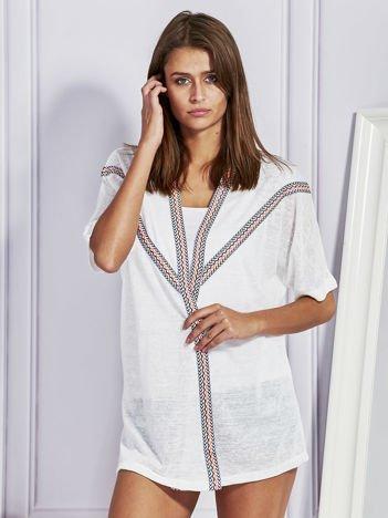 Biały sweter z etnicznymi wstawkami