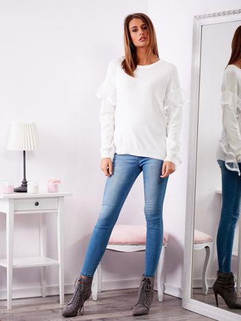Biały sweter z falbankami