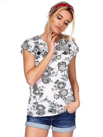 Biały t-shirt w kwiatowe desenie